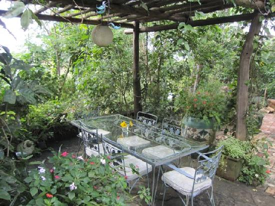 Marcia Adams Restaurant: Garden seating