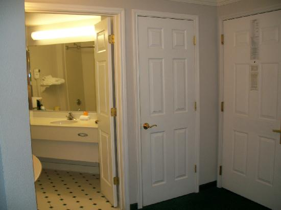 La Quinta Inn & Suites Albuquerque West: Entry & Bathroom