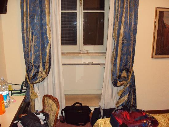 Hotel Dei Priori: Questa è la finestra vecchissima ed i tendaggi sporchissimi, se zoommate vedete delle belle macc
