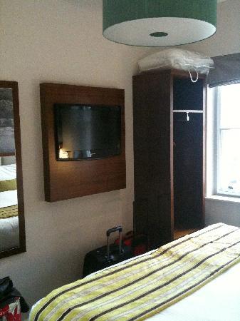 BEST WESTERN Seraphine Kensington Olympia Hotel: Mooie tv op de kamer
