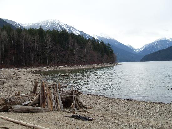 Lillooet Lake Lodge: A beautiful place for a walk along the bank