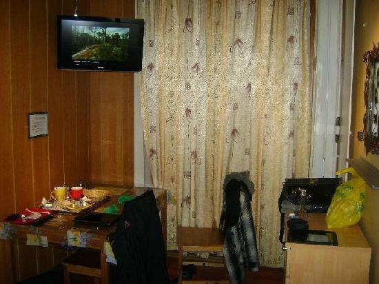 Hotel Central: Television and small table in room