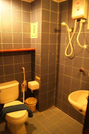 Sawasdee Sukhumvit Inn: Bathroom