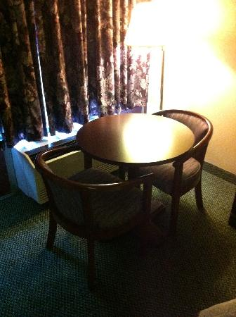 Econo Lodge Carlisle: Next to bed