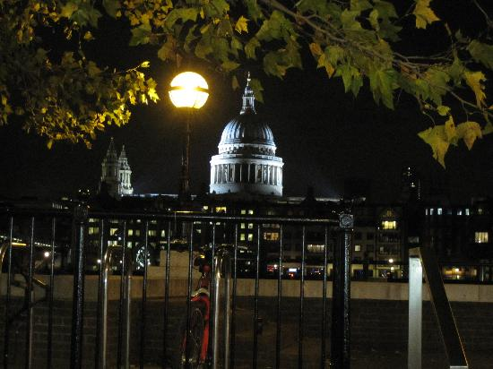 Spoke 'n Motion Bike Tours : St. Paul's across the Thames on a Sights at Night tour of London.