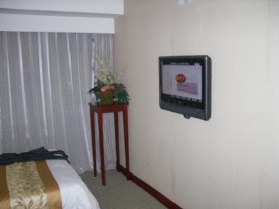 Starway Hotel Silver Zhuhai: Flat screen TV mounted on wall