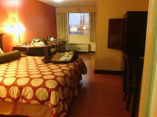 Best Western Plus Dragon Gate Inn: Room with no carpet