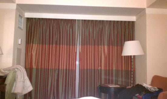 Radisson Blu Minneapolis Downtown: Looks normal when the curtain is closed