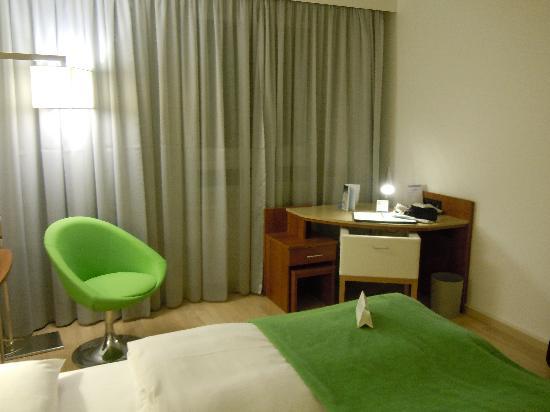 NH Hamburg Altona: Work desk & chair