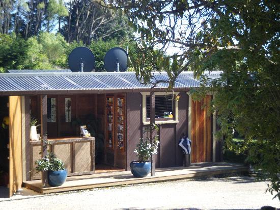 Golden Bay Lodge & Garden: Front desk