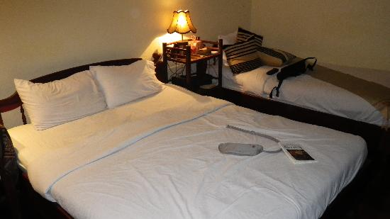 Riverside Guesthouse: large comfortable bed
