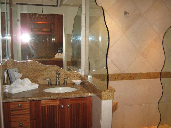 The Napili Bay: beautiful bathroom