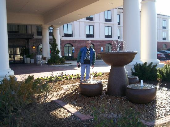 Holiday Inn Express Hotel & Suites Mt Juliet-Nashville Area: Outside the front of hotel