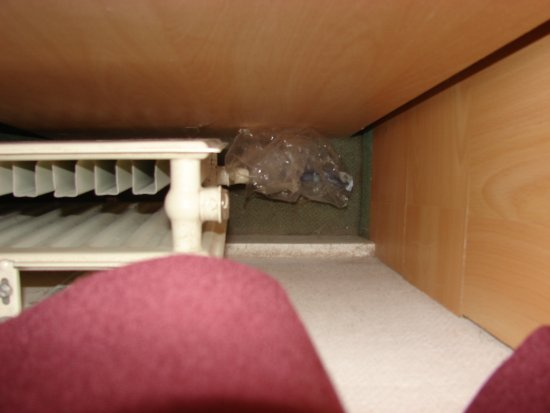 Hotel van Onna: Saco de biscoito vazio jogado do lado do armário