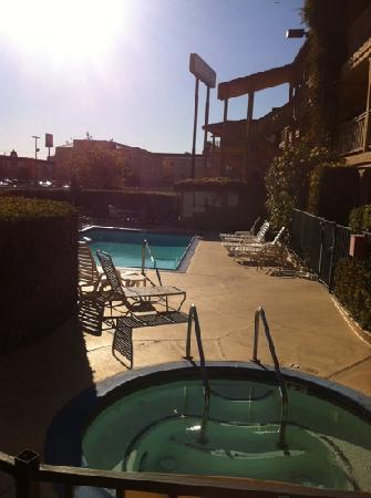 Quality Inn Oakland: ask for room over the pool