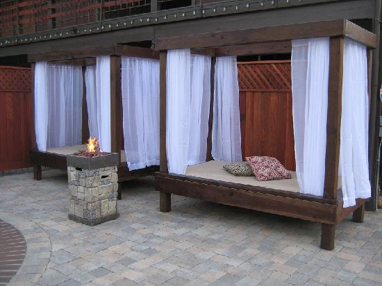 Alder Inn: Cabana Beds by Pool