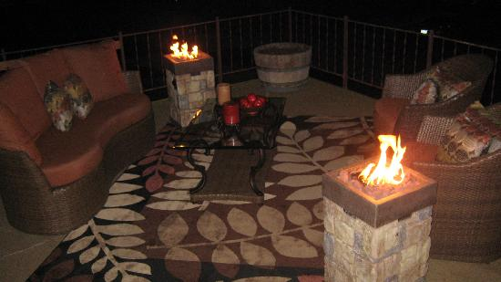 Alder Inn: Outdoor Lounge Area