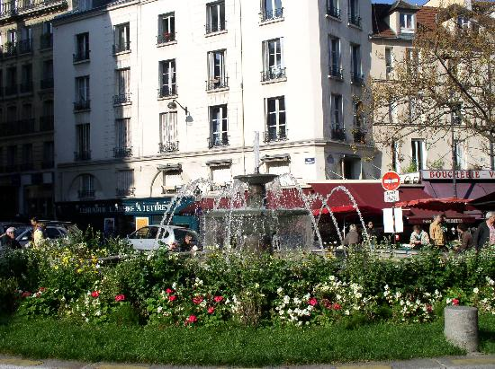 Rue Mouffetard Market: Fountain at the end of Mouffetard