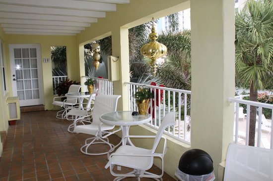 Alhambra Beach Resort: balcony overlooking pool area