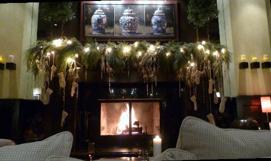 Hotel Le Germain Quebec: Fireplace in the lobby - le Germain-Dominion