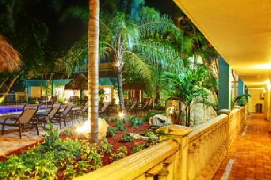 Universal Palms Hotel : Courtyard at Night