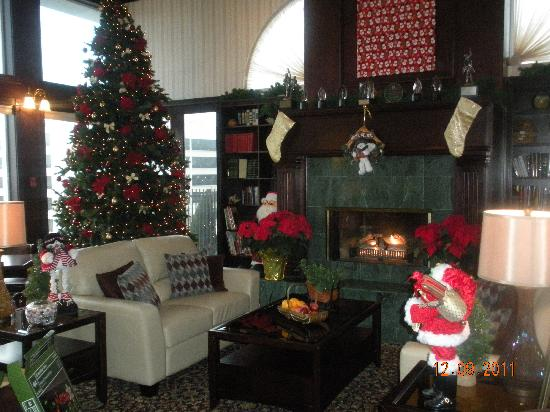 Holiday Inn Express Spokane Downtown: Hotel lobby at Christmastime