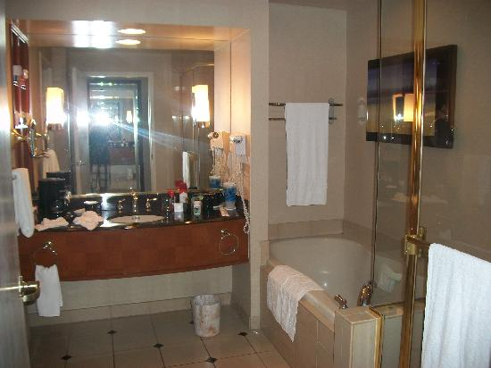 Harrah's Resort Southern California: Vanity/Bath/Shower