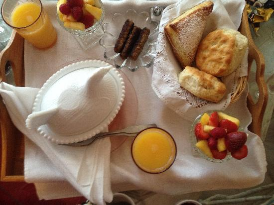 Serenity Farmhouse Inn: beautiful breakfast