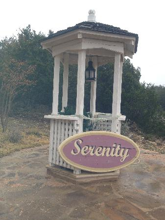 Serenity Farmhouse Inn: watch for this entrance along the long road with few driveways