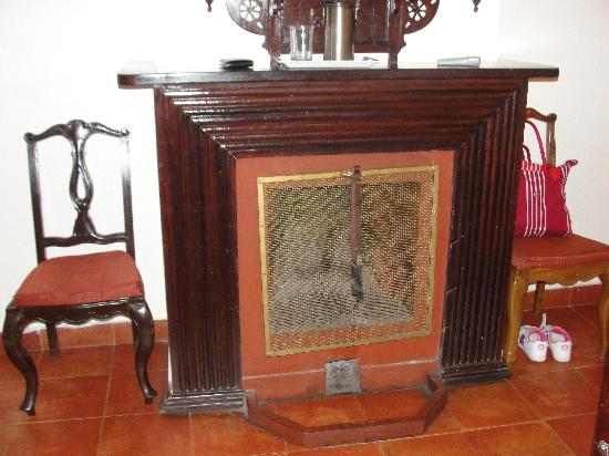 Kluney Manor : The fire place in the room
