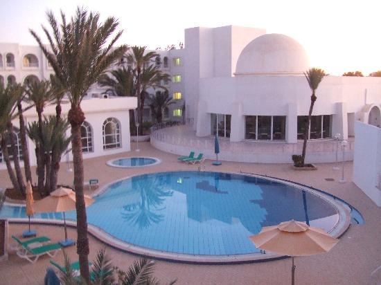 Les Sirenes: piscine extérieure jour