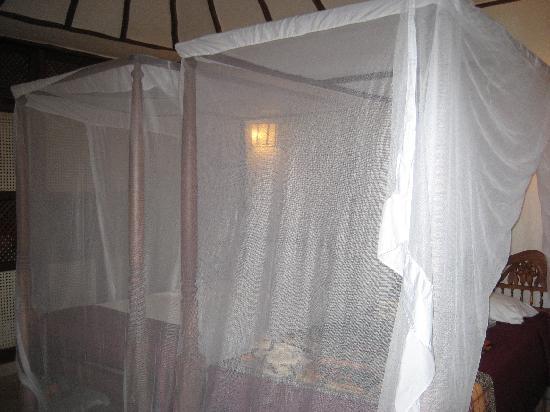 Crystal Bay Resort: il letto con la zanzariera