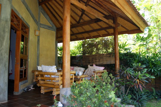Saraswati Holiday House: Terrasse des 1-Raum-Bungalows