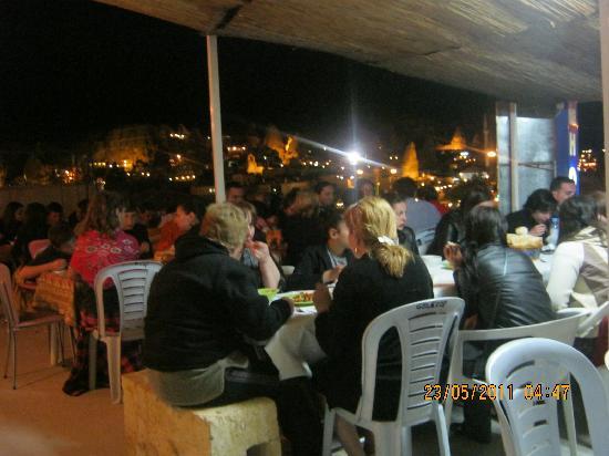 Yuksel Hotel: otelin terasında gece manzarası