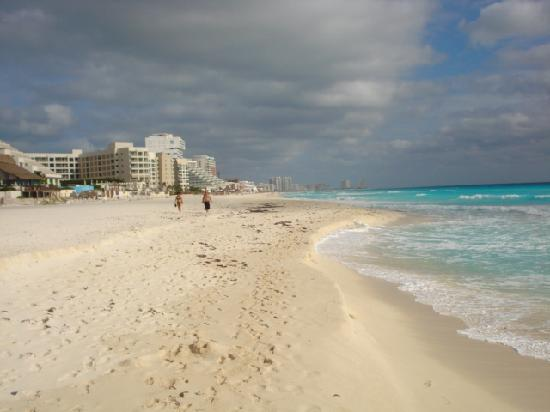 Flamingo Cancun Resort: Flamingo Beach towards Downtown