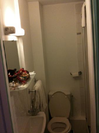 Salle de bain minuscule faut pas tre gros pour rentrer for Hotel bain douche paris