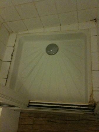 Hotel Cosy: La moisissure comme compagnon de douche !