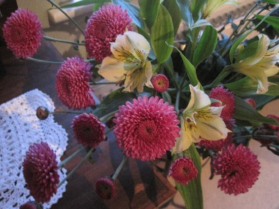Spire Cottage: fresh flowers in the bedroom