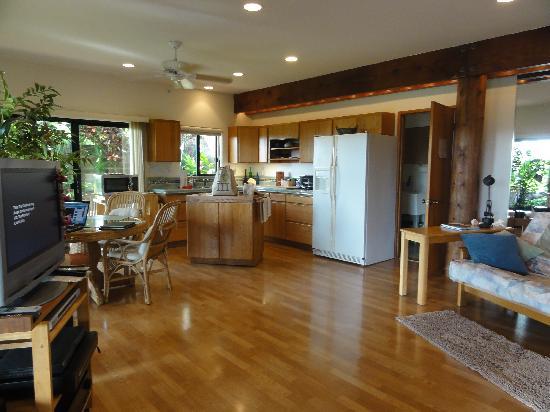 Maui Tradewinds: Kitchen area