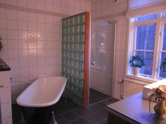 Wardshuset Spinnaren: A huge bath to relax in.