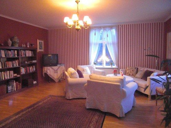 Wardshuset Spinnaren: Library and living room.