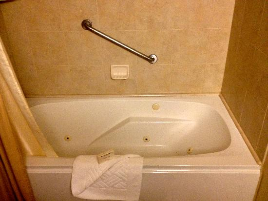 Hilton Sacramento Arden West: Bathroom tub in room 1203.