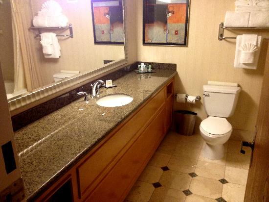 Hilton Sacramento Arden West: Bathroom in room 1203.