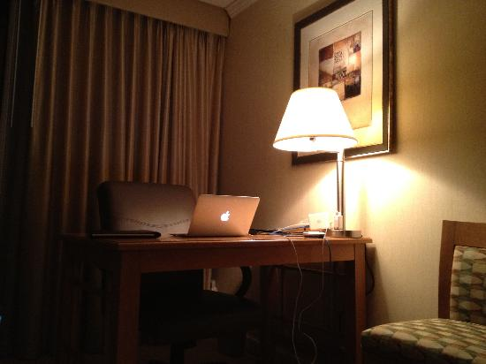 Hilton Sacramento Arden West: Workstation desk.