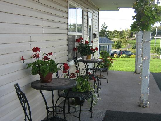 Antigonish Evergreen Inn: Relax outside