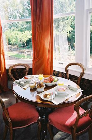 Anglesea House Bed & Breakfast: Anyone for breakfast?