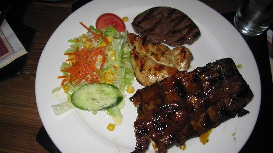 Hotel Multatuli: Enjoyed mixed grill of beef, chicken & lamb at La Plaza Grill Restuarant behind the hotel