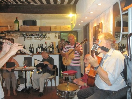 L'Enoteca: Jazz band (Pierres family's playing)