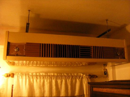 Cool Guesthouse: Room's air conditioner