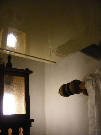 Cool Guesthouse: Leaking air conditioner for two days